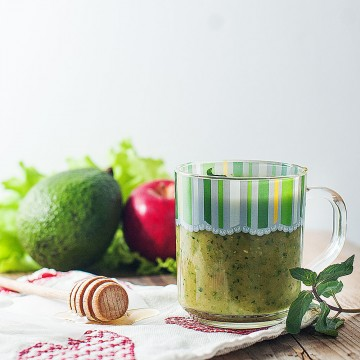 Minty madness - Avocado, red apple, coconut water, honey, mint and romaine lettuce smoothie